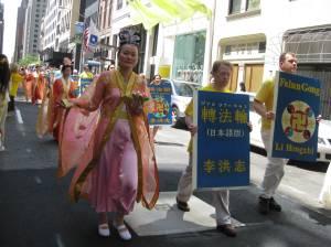 El libro principal de las enseñanzas de Falun Dafa en varios idiomas/ Foto Foto Olvia Gil Saavedra