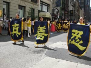 Los caracteres chinos que significan Verdad - Compasión - Tolerancia. La base de las enseñanzas de Falun Dafa. Foto Olvia Gil Saavedra