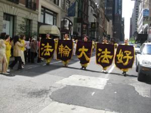 Los caracteres chinos que dicen: Falun Dafa es bueno. Foto Olvia Gil Saavedra