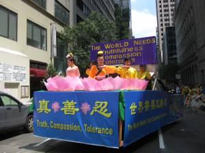 El mundo necesita: Verdad - Compasión - Tolerancia. Se leía en la carroza. Foto Olvia Gil Saavedra