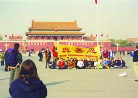 Practicantes de Falun Gong occidentales en la Plaza de Tiananmen, después fueron golpeados, encarcelados y deportados