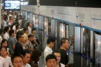 Régimen chino planea colocar micrófonos en el metro para monitorear las conversaciones de los pasajeros (GETTY IMAGES)
