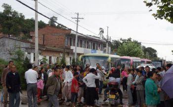 Pobladores de la provincia de Shaanxi protestando afuera de la fundidora contaminante con plomo (STR/AFP/Getty Images)