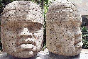Cabeza olmeca de San Lorenzo Tenochtitlán, vista de frente y de perfil. Museo de Antropología de Xalapa (Foto:Wikipedia)