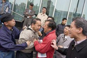 Edmond Ehr habitante de Flushing fue atacado en mayo de 2008, John Liu no hizo nada para detener la violencia dirigida en contra de los practicantes de Falun Gong