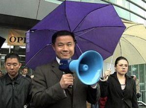 El Concejal John Liu hablando con los atacantes de los practicantes de Falun Gong, mayo 2008, en Flushing, Queens N.Y.