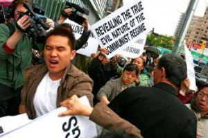 Un hombre atacando a los practicantes de Falun Gong en mayo 2008, Flushing, Queens. Los ataques continuaron por varios meses