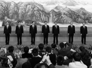 Zhang Gaoli, Liu Yunshan, Zhang Dejiang, Xi Jinping, Li Keqiang, Yu Zhengsheng y Wang Qishan saludan a los medios de comunicación en el Palacio del Pueblo, 15 de noviembre de 2012 en Pekín. (Lintao Zhang/ Getty Images)