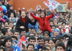 En el centro de Asunción, los fanáticos de fútbol paraguayos celebran la victoria de su equipo nacional en la Copa del Mundo 2010 ( Norberto Duarte/ AFP/ Getty Images)