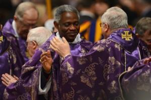 Cardenal Peter Appiah Turkson Kodwo (centro) durante una misa dada por el Papa Bendicto XVI el 13 de febrero de 2013 (Gabriel Bouys/ AFP/ Getty Images)