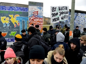 La policía enfrenta a manifestantes que llevan una pancarta que dice ¿la cultura aún significa algo? Durante la remoción de una sección del East Side Gallery. (AFP/ Odd Andersen)