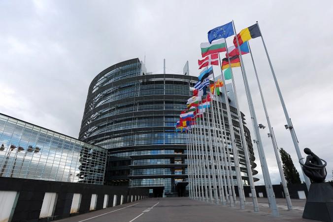 Las banderas nacionales de los países de la UE, fuera del Parlamento Europeo en Estrasburgo, Francia. El 12 de diciembre de 2013, el Parlamento aprobó una resolución en contra de la extracción forzada de órganos en China. (Frederick Florin/ AFP/ Getty Images)