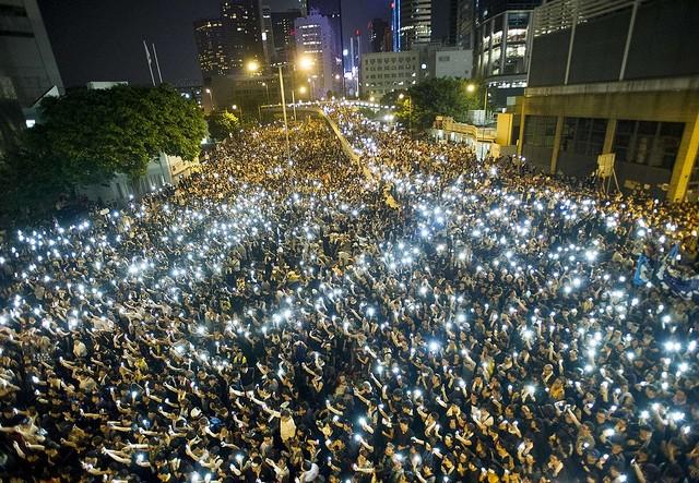 Celular en mano protestan miles de personas en Hong Kong para exigir democracia en la ex colonia británica, 29 de septiembre 2014 (Foto: AFP/ Aaron Tam)