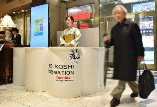 El androide ChihiraAico, 20 de abril 2015, en uno de los más elegantes almacenes de Tokio para asesorar y entretener a los clientes (Foto: AFP/ Kazuhiro Nogi)
