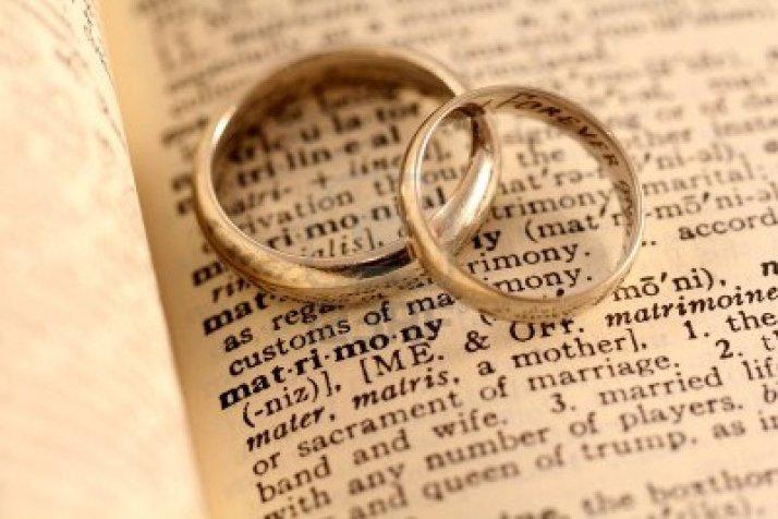 14454625-el-matrimonio-palabra-en-el-diccionario-con-dos-anillos-de-matrimonio-en-la-cima