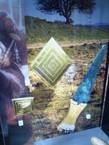 gold_lozenge_belt_buckle_copper_dagger_from_wilsford_g5_bush_barrow-600x800-225x300