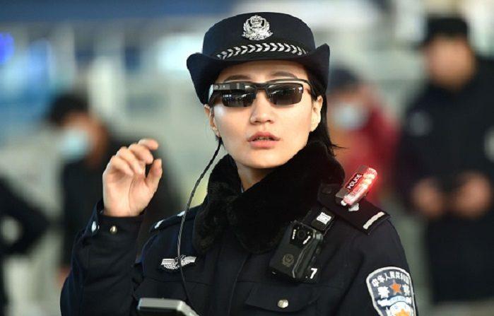 poliziotta-cinese-occhiali-hi-tech-per-repressione-dei-dissidenti-699x447